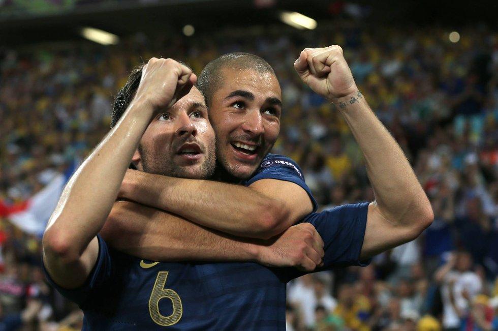 Yohan Cabaye og Karim Benzema feirer Frankrikes andre mål i kampen mot Ukraina fredag kveld.