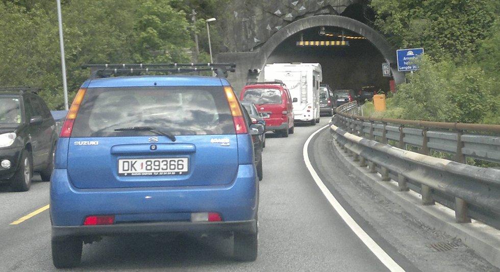 Det er tett trafikk ved Arnanipatunnelen klokken 1650 fredag ettermiddag.