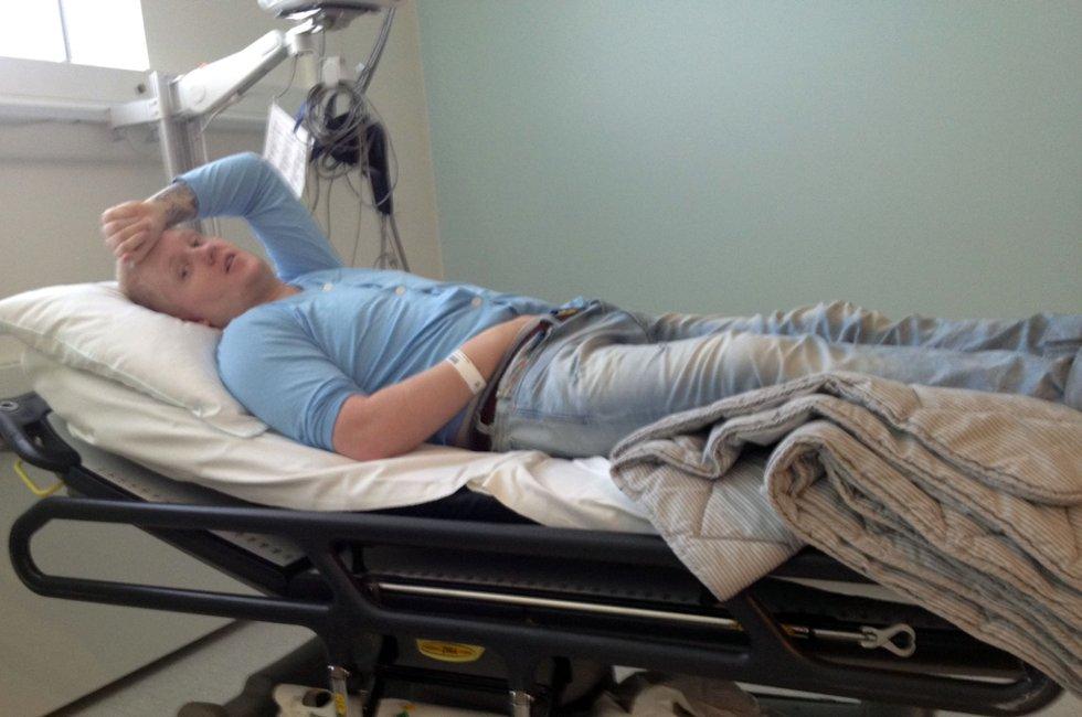 PÅ SYKEHUSET: Her lå Matias i sengen på akuttmottaket ved Ahus i over tre timer, mens han ventet på legen. Ifølge moren var han dehydrert og utslitt. FOTO: PRIVAT