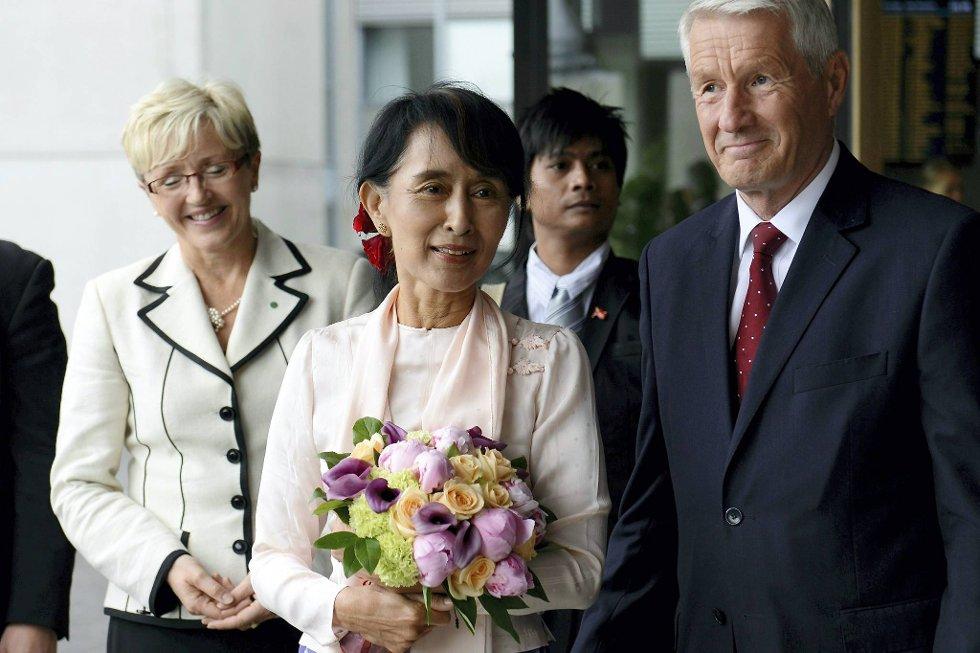 Nesten 21 år forsinket blir Aung San Suu Kyi tatt i mot på Gardermoen av Nobelkomiteens leder Thorbjørn Jagland og kommunalminister Liv Signe Navarsete. (Foto: Fredrik Varfjell/POOL/NTB Scanpix/ANB)