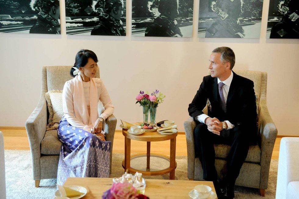 Aung San Suu Kyi er i Oslo, og her møter hun statsminister Jens Stoltenberg (Ap) i Statens representasjonsbolig i Parkveien. Om kvelden blir det middag på Akershus slott. (Foto: Terje Pedersen, ANB)