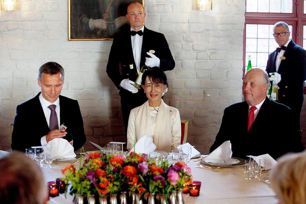 Jens Stoltenberg, Aung San Suu Kyi og kong Harald under middag på Akershus festning fredag kveld. (Foto: Stian Lysberg Solum, NTB scanpix/POOL/ANB)
