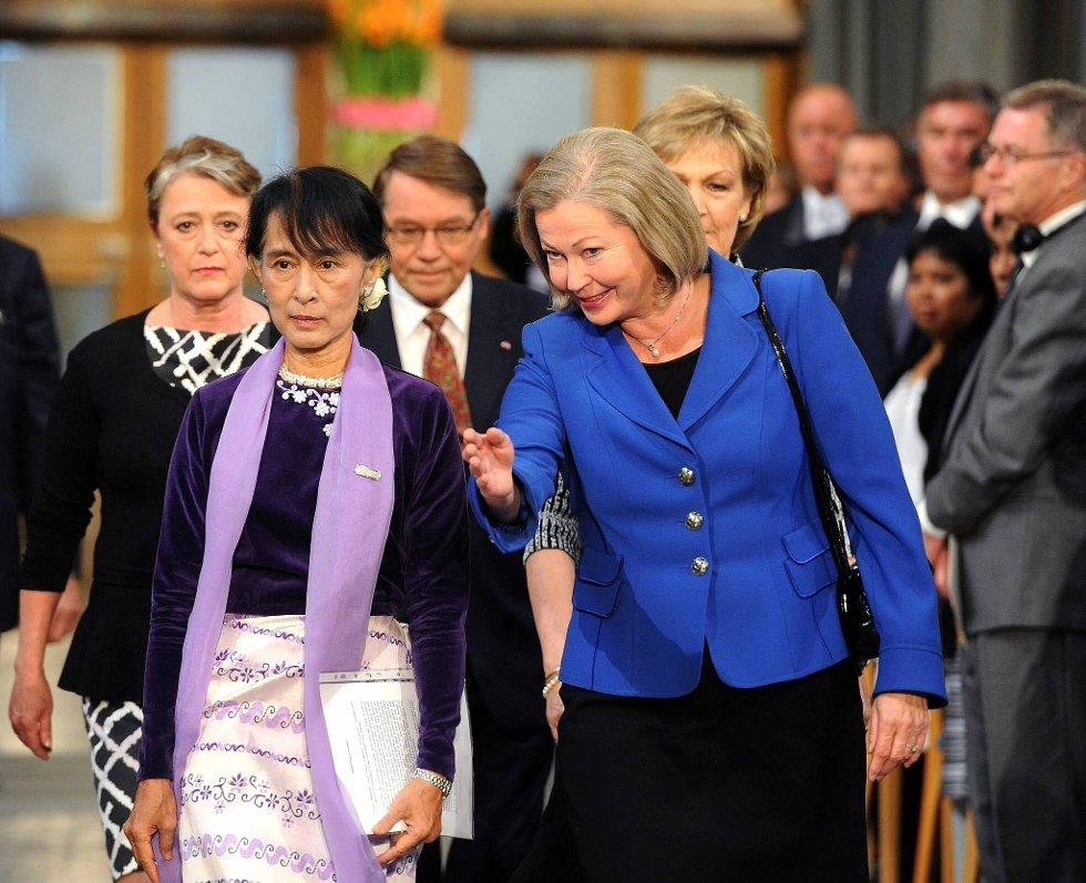 Aung San Suu Kyi  blir vist på plass av Kaci Kullmann Five. (Foto: Terje Pedersen, ANB)