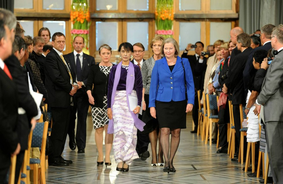 Til tonene av Ole Bulls «I ensomme stunde» kom nobelseremonien i Oslo rådhus for Aung San Suu Kyi i gang lørdag ettermiddag klokken 13. Hun ble ledsaget inn i rådhuset av nobelkomiteens nestleder Kaci Kullmann Five. (Foto: Terje Pedersen, ANB)