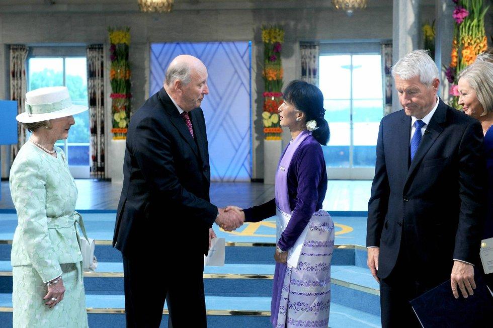 Aung San Suu Kyi  sammen med kong Harald og dronning Sonja. Til høyre Thorbjørn Jagland. (Foto: Terje Pedersen, ANB)