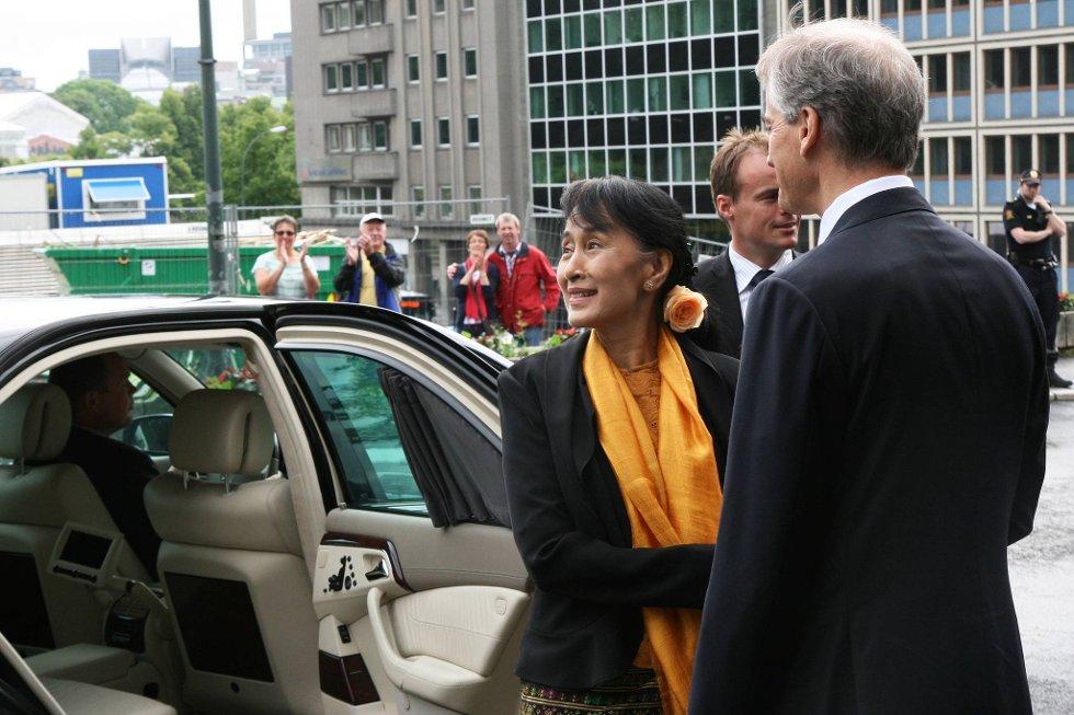 Aung San Suu Kyi ankommer for møte med utenriksminister Jonas Gahr Støre og statssekretær Torgeir Larsen.