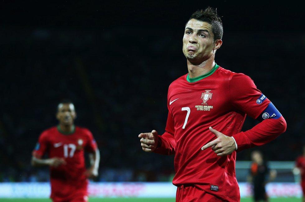 Cristiano Ronaldo scoret to mål for Portugal mot Nederland.