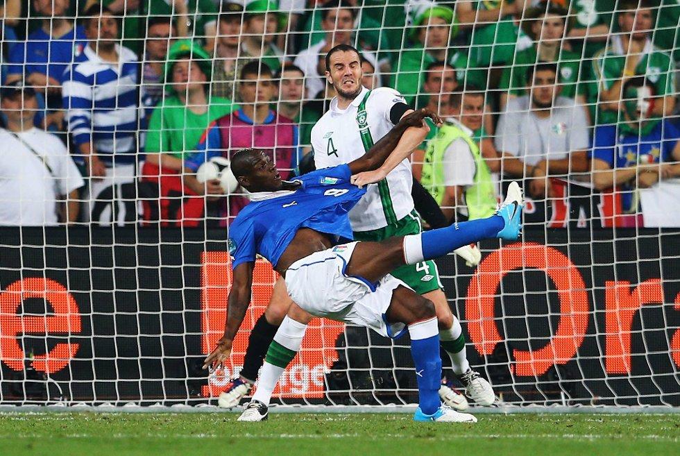 Mario Balotelli fatsetter sluttresultatet til 2-0 på akrobatisk vis.