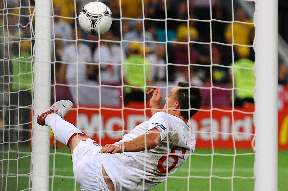John Terry redder skuddet til Marko Devic, men TV-bildene viste at ballen var inne og at Ukraina ble snytt for utlikningsmålet.