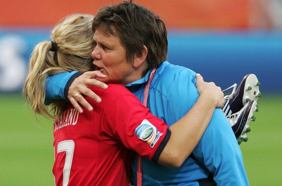 Lene Mykjåland og landslagssjef Eli Landsem kunne puste lettet ut etter 2-0-seieren.