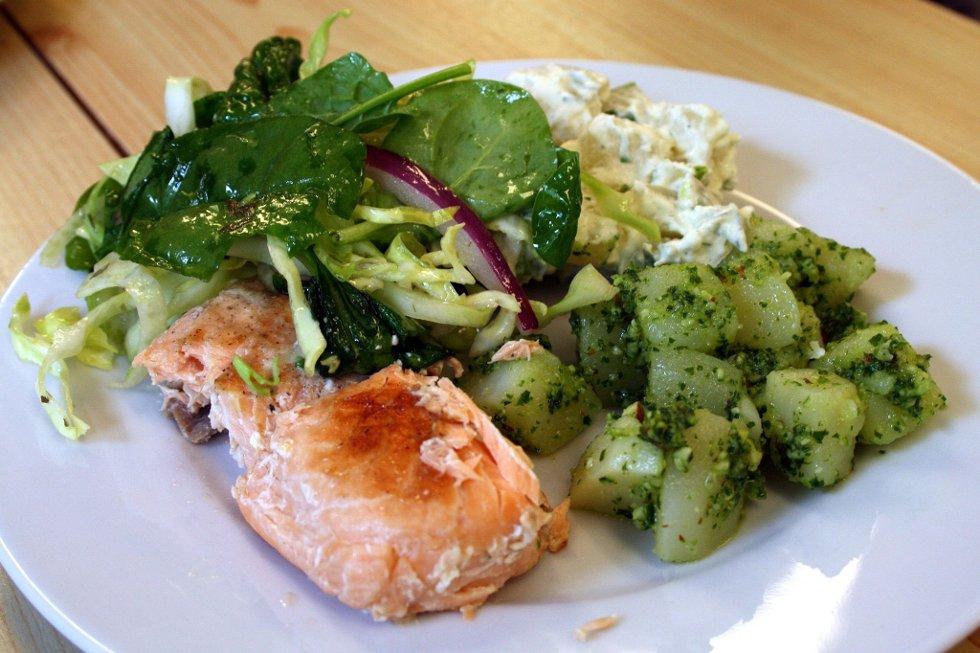 LOKAL DELIKATESSE: Dagens hovudrett bestod av grilla laks, heimelaga original potetsalt, pesto og ein kortreist salat med berre lokale råvarer.