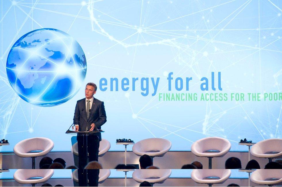 Det blir ingen økonomisk utvikling uten tilgang til energi.  Og uten utvikling, ingen bedring av kvinners rettigheter, ifølge statsminister Jens Stoltenberg (Ap). Her under et FN-møte i Oslo i vinter.