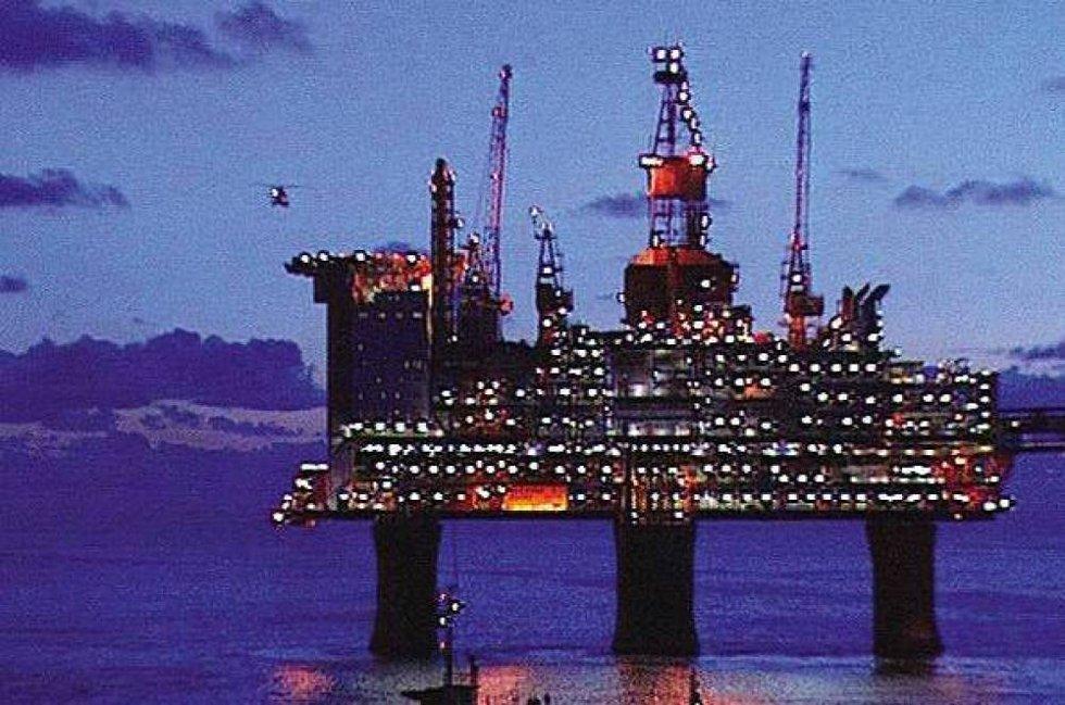 Oljeprisen faller mye og drar de fleste selskapene på Oslo Børs ned torsdag formiddag.