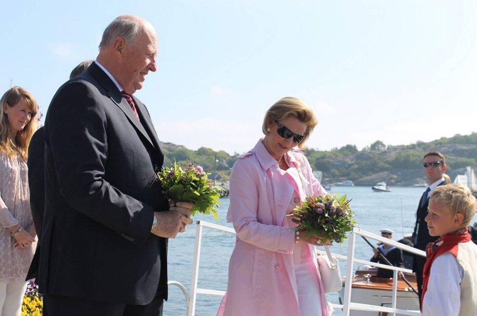 Kongeparet ankommer Sandøsund på Hvasser i Tjøme kommune torsdag formiddag. Her får de blomster av Ludvig T. Johansen Lia.