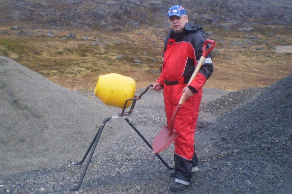 Honningsvågingen Steinar Olsen kan ha lagt gullegget med sin hånddrevne sementblander. Den står nå klar for masseproduksjon og interessen for sementblanderen er stor både i Norge og i utlandet.