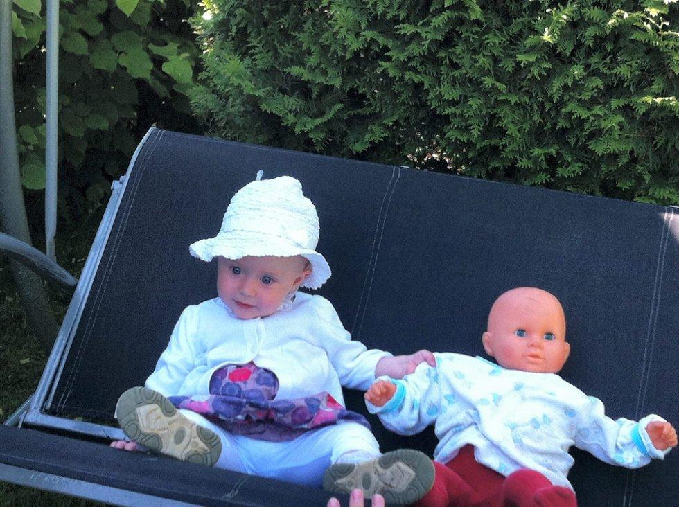 SOMMERHILSEN: Lille Mina, i hagehuska hos tante Helen, ønsker familie og venner god sommer!                  Foto: Hilde A. Sætehaug. (Foto: )