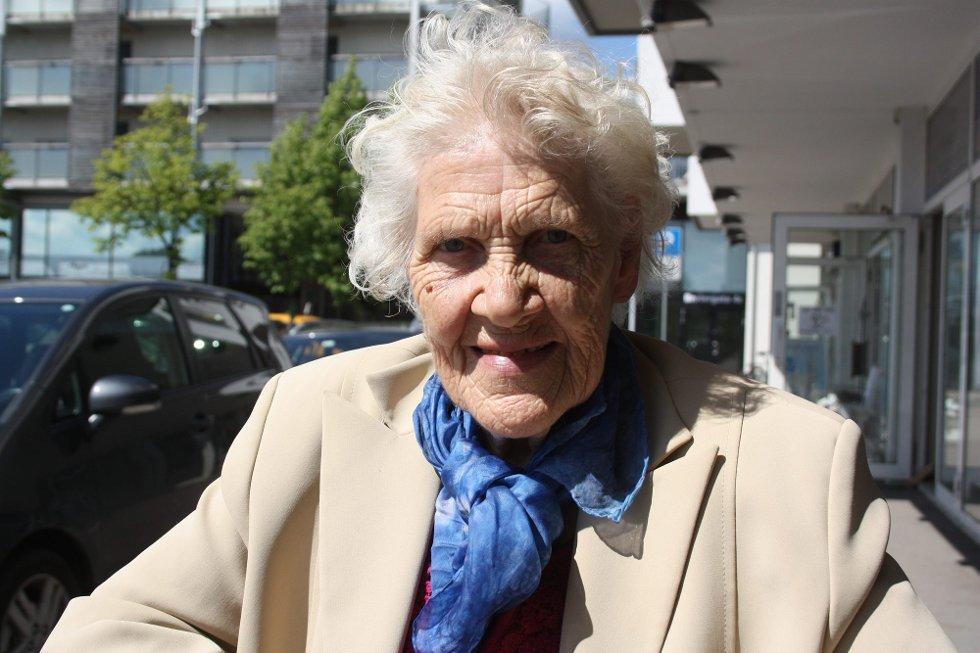 GOD TUR: Sommerhilsen til barnebarna Andrea og Silje, fra mormor Eldbjørg Johnsbråten. Mormor håper dere får en kjempefin tur til Hellas i sommer. (Foto: )