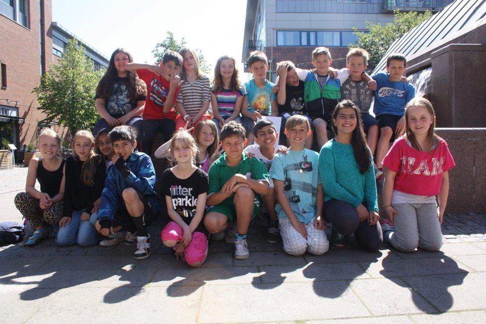 HILSER TIL REKTOR: En god sommer ønskes rektor ved Volla skole, Linda Stranden. Blide elever i klasse 5B sender denne hilsenen (Foto: )