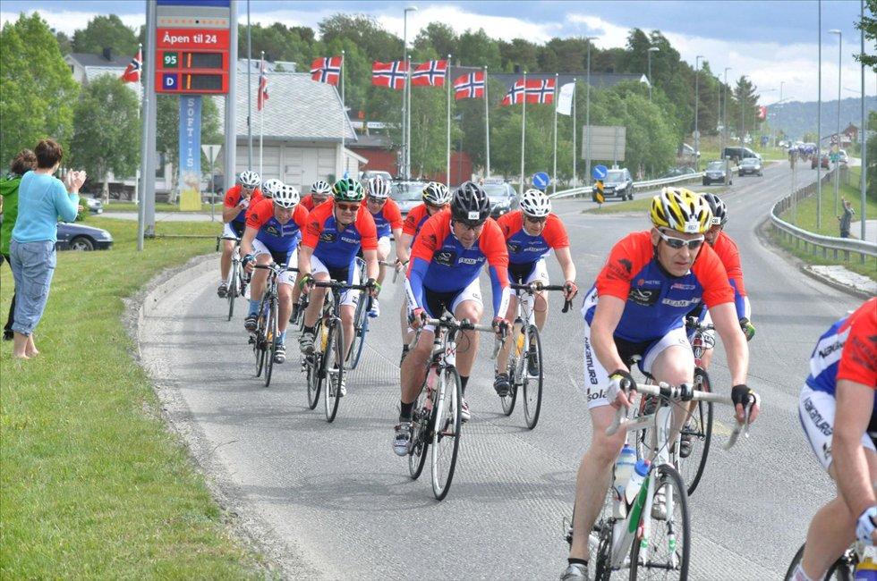 GJENNOM OPPDAL:  Team OTS (Oppdal, Trollheimen, Støren) passerte Oppdal klokka 10.30 lørdag. 13 timer senere var de framme i Oslo. Foto: Mariell Tverrå Løkås