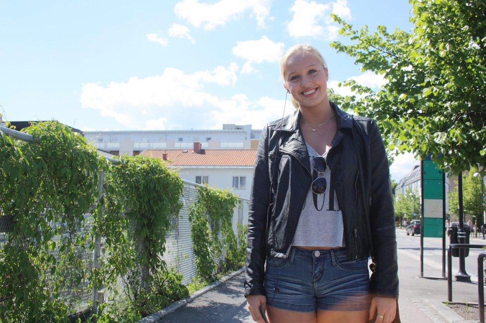 HILSER TIL MAMMA OG PAPPA: Karoline Fjeldberg ønsker mamma og pappa en fin sommer, og gleder seg til Italia-ferie med dem. (Foto: )