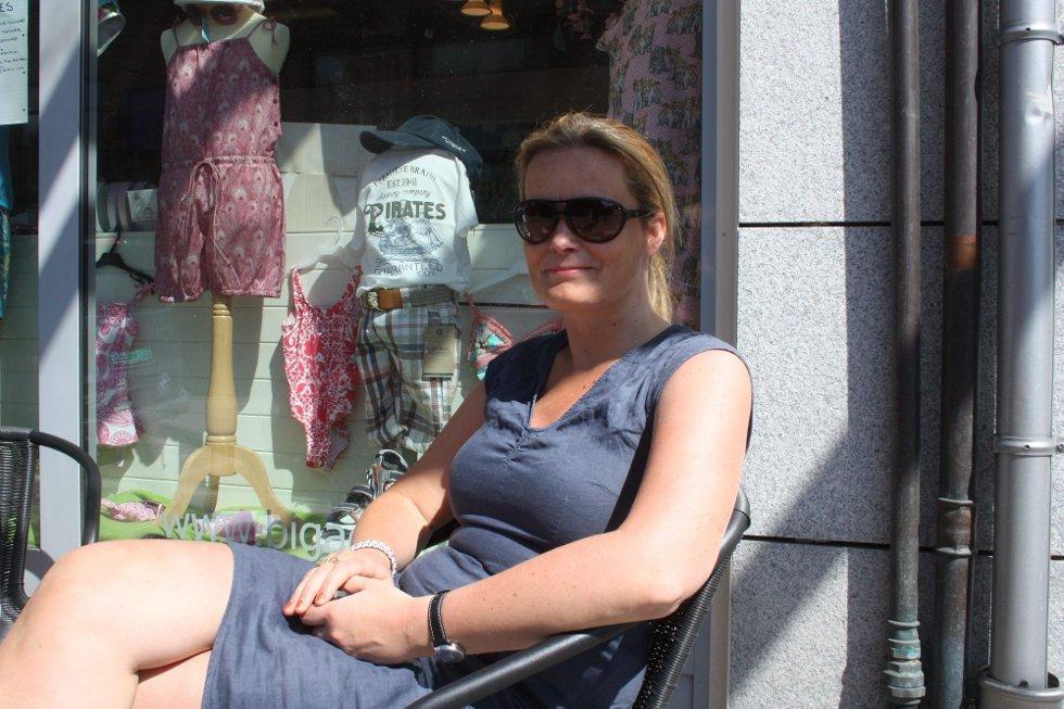 TIL FAMILIEN: Svanhild Fjæstad ønsker hele familien i Lillestrøm en god sommer. Og en ekstra hilsen til mamma Solvår. (Foto: )