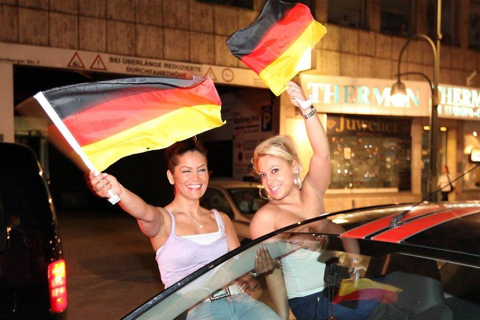 EM-fansen har ikke lagt igjen så mye penger som EM-vertene hadde håpet på. Her er det to tyske fans som jubler over Tysklands suksess i mesterskapet.