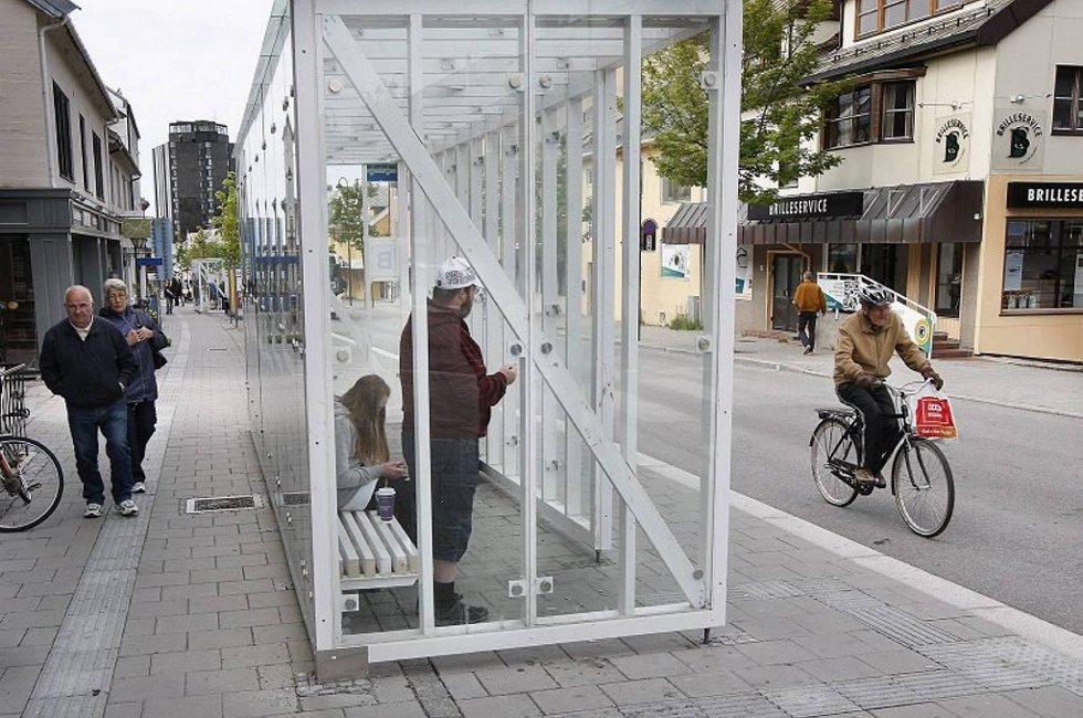 Det koster å gi Bodøs busspassasjerer et oppvarmet tilbud i Dronningens gate. Varmekabler i fortauet og varmebrett under benkene gir hard belastning i kommunens driftsbudsjett.