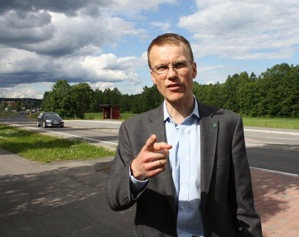 FAST I KØ: Statssekretær Erik Lahnstein kom for sent til pressekonferansen på grunn av tett trafikk. Deretter møtte han motstand fra de lokale politikerne. FOTO: RUNE BERNHUS