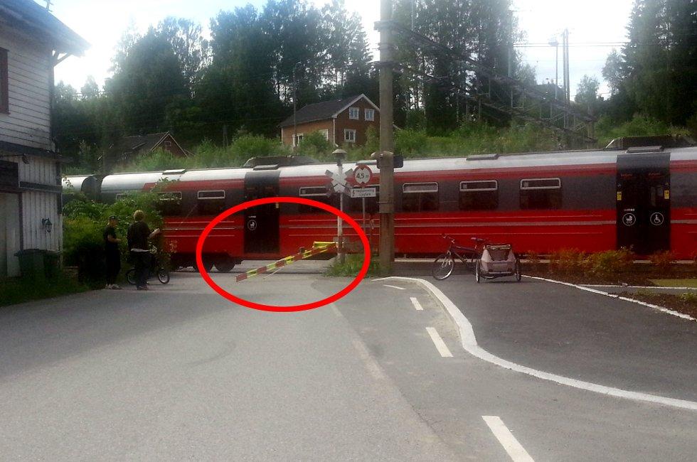 RYGGET NED: Rett før toget kom inn til Dal stasjon sto en lastebil fanget på skinnene - mellom bommene. Sjåføren kom seg ut ved å rygge ned bommen til planovergangen. FOTO: SVEN ERIK LIE