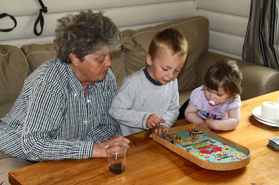 God sommer, oldemor: Hilsen fra Sebastian og Isabell som spiller med oldemor på hytta. Foto: Laila Martinsen (Foto: )