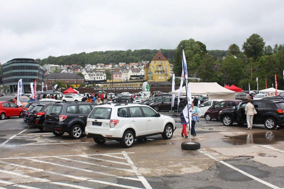 Populær utstilling: Det var mange som tok turen til bilutstillingen på Sanden for to uker siden for å se nærmere på de spennende bilnyhetene.