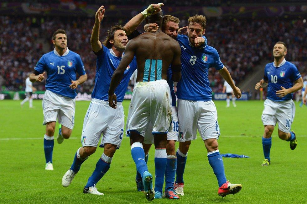 Mario Balotelli omfavnes av lagkameratene etter den fantastiske 2-0-scoringen.