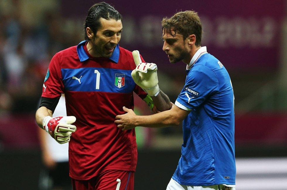 Gianluigi Buffon var sint etter at Italia sløste med sjansene sine utover i 2. omgang. Her sier han klart i fra til Claudio Marchisio.