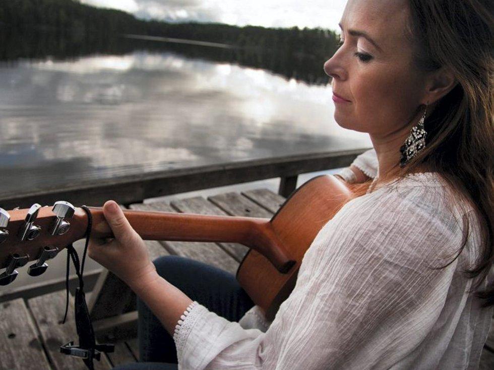 ALLSIDIG ARTIST: Hilde Merete Øverli har skrevet musikk og tekst, hun spiller gitar, synger og korer på låtene som nå gjør det skarpt i konkurransen Bandwagon. Foto: Privat