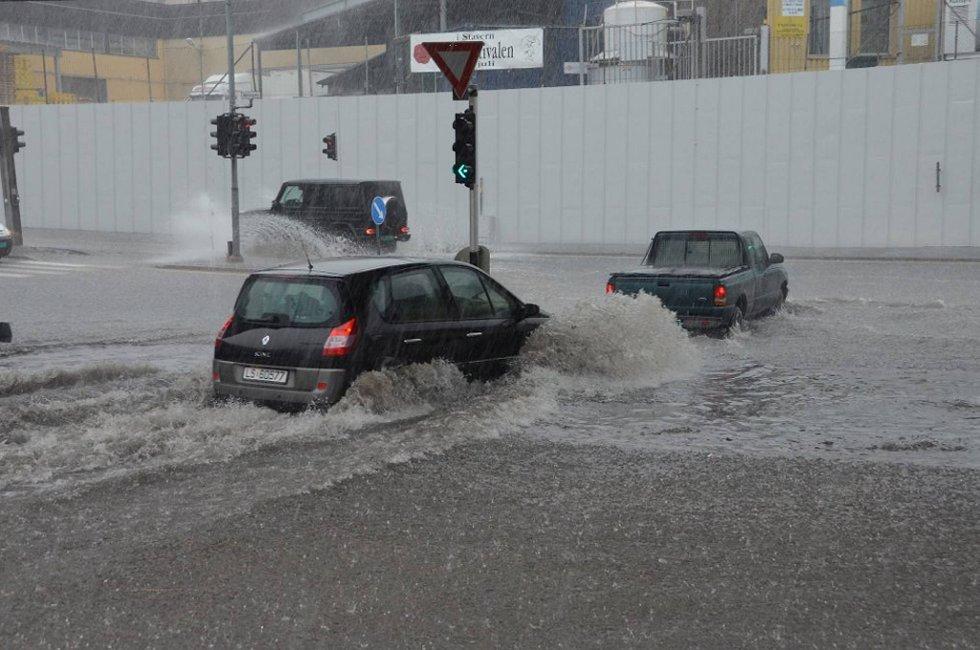 Regnet skapte kaos i Larvik-trafikken fredag formiddag.