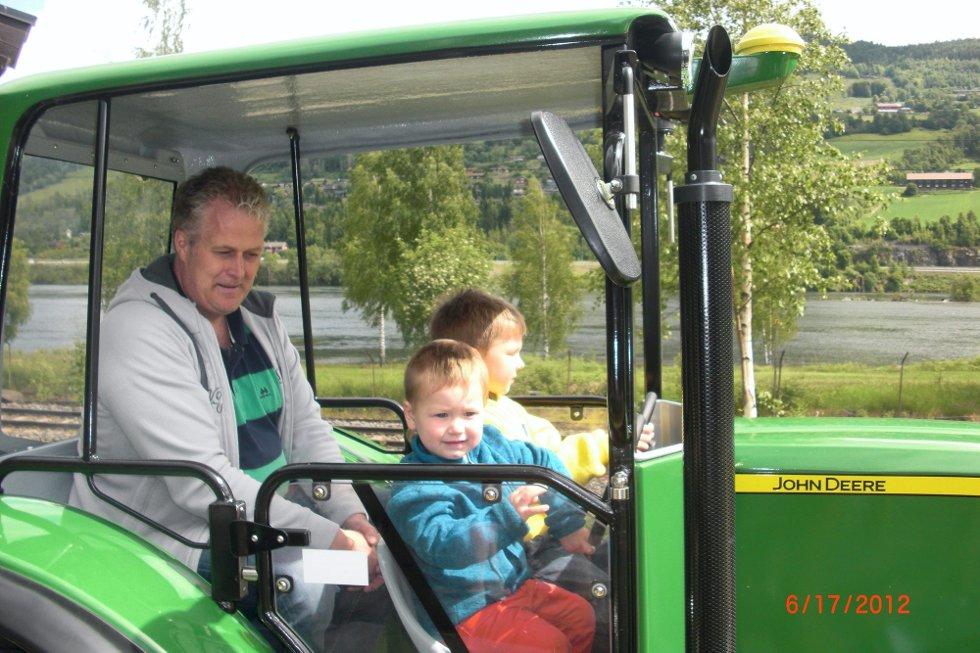 Nicklas Emilian og lillebror Max Elian med besten på traktortur i Hunderfossen familiepark. God sommer til alle kjente fra oss. Foto: Aase J K (Foto: )