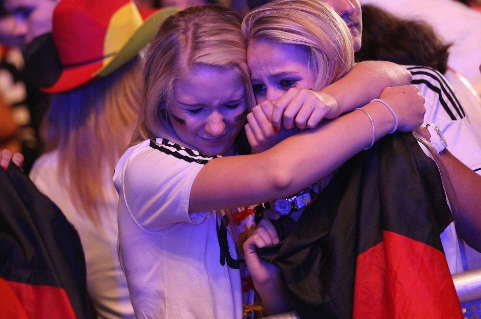 UEFA viste bilder av en dame med en tåre rennende nedover kinnet etter at Tyskland tapte. Nå viser det seg at det var et opptak tatt før semifinaleoppgjøret mot Italia startet. Her to som gråter etter kampen - det er helt sant!