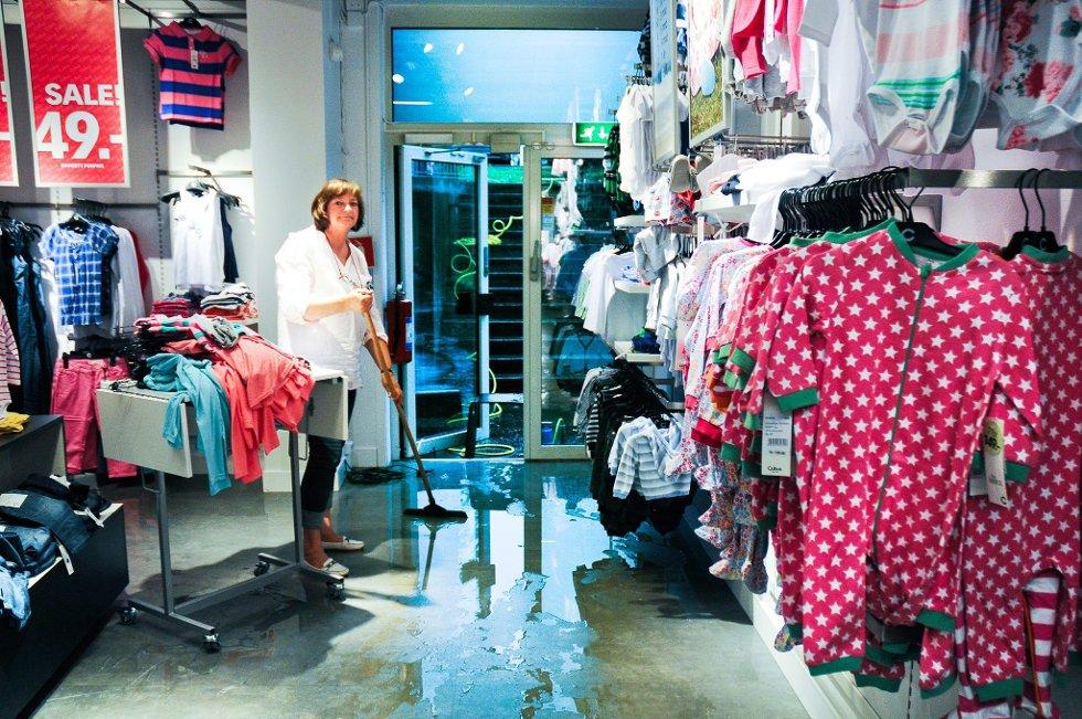 Oversvømmelse: Fungeredne butikksjef ved Cubus på Norbyen, Bente Christiansen, fikk i går oppleve at butikken hennes ble oversvømt med vann.