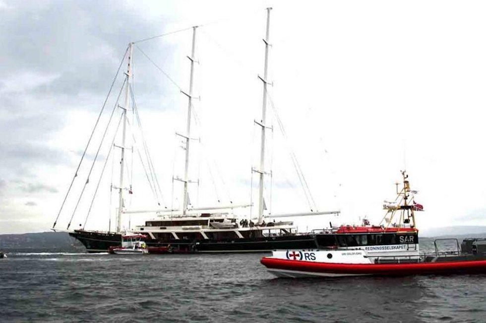 Lørdag ettermiddag kjempet redningsmannskaper mot flammene i en av verdens største seilbåter, «YS Eos». Båten eies av mediemogul Barry Diller og kona Diane von Fürstenberg.