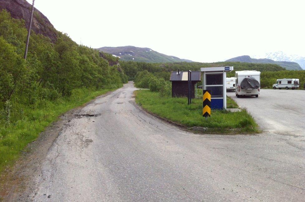ÅSTEDET: Det var her på denne veistrekningen i Straumsfjordsbotn kvinnen ble stoppet og overfalt