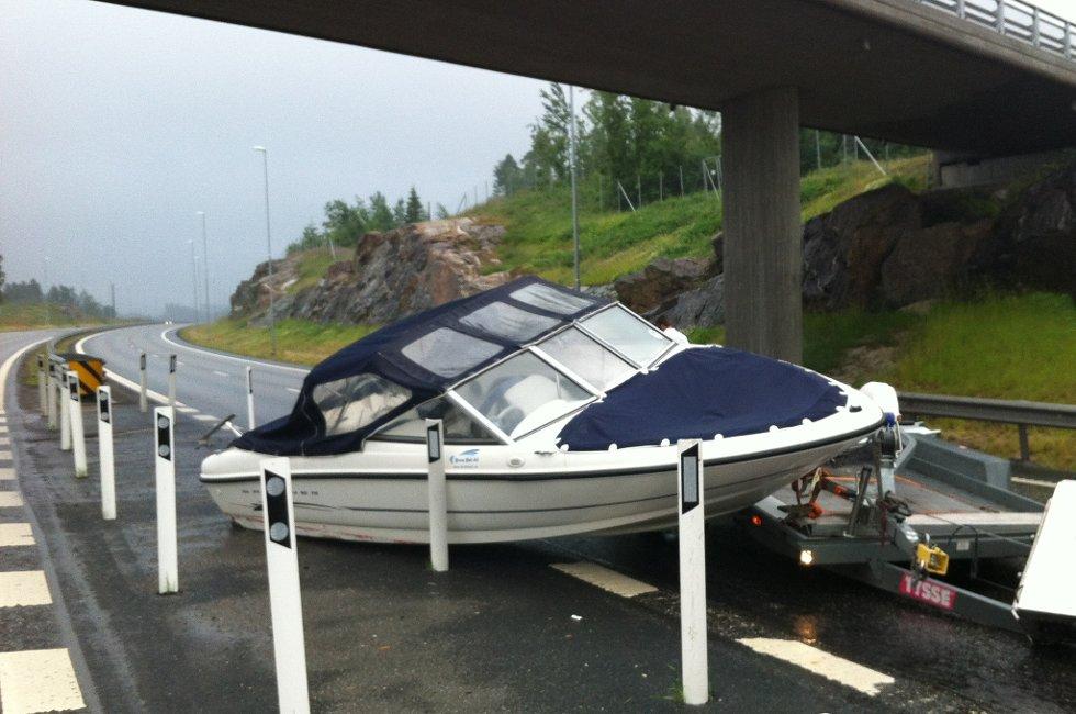 Båten fikk et ublidt møte med asfalten.