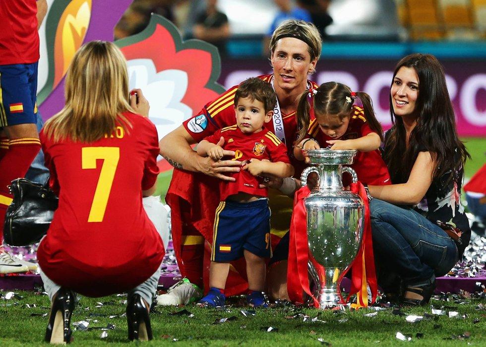Familien Torres poserer stolt for private og profesjonelle fotografer.  (Foto: Alex Grimm, Getty/All Over/ANB)
