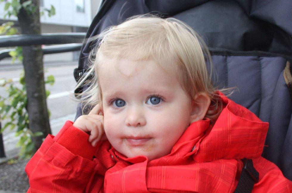 HILSER STOREBROR: Sommerhilsen fra Ina Skaret (19 måneder) til broren Martin Skaret (4 år), som er på ferie hos farmor. (Foto: Anette Johansen)