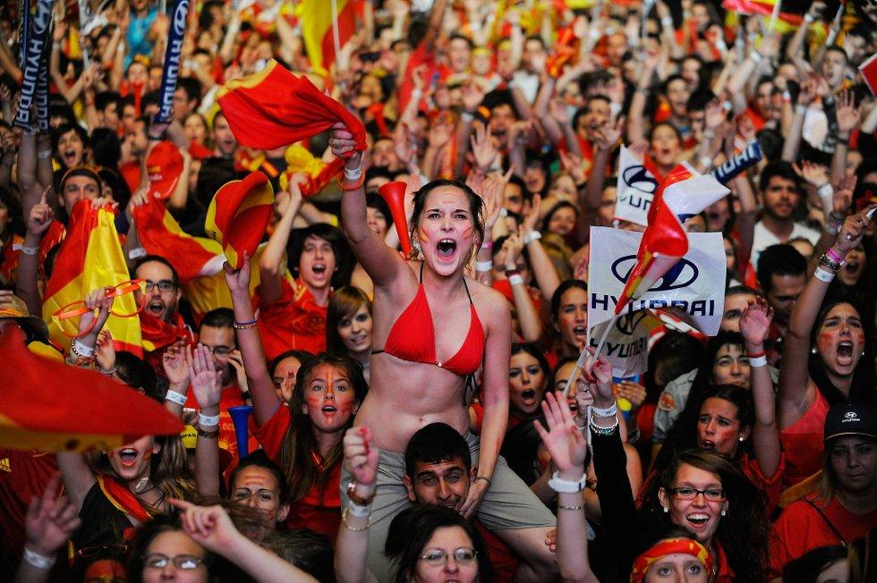 Slik feirer spanske fans gullet.  (Foto: Denis Doyle, Getty/All Over/ANB)
