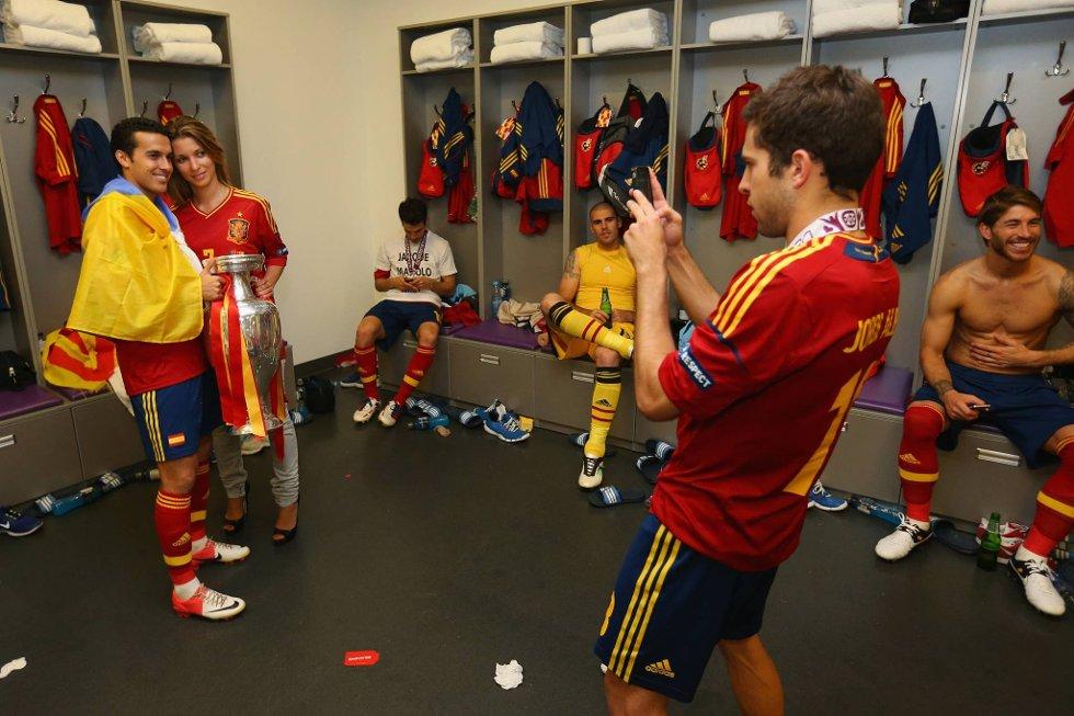 Også de spanske spillerne ville sikre seg sine egne jubelbilder etter den fantastiske EM-seieren. (Foto: Getty/All Over/ANB)