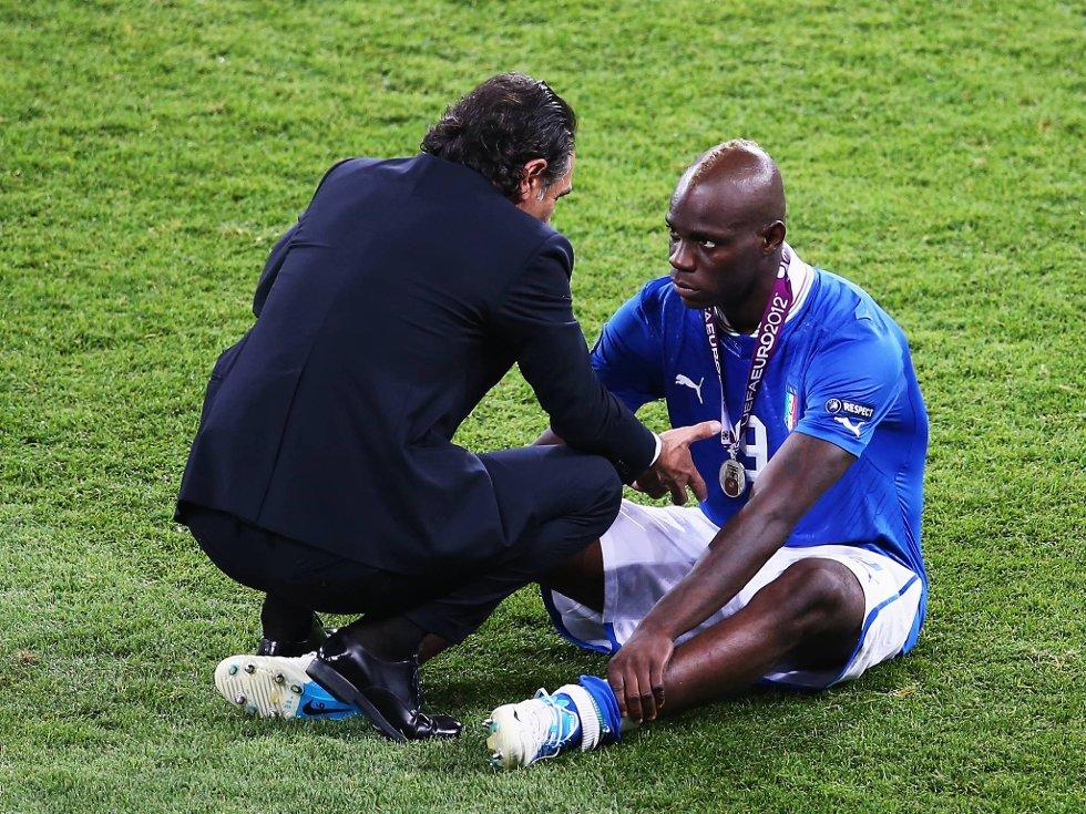 Cesare Prandelli gjør sitt for å trøste Mario Balotelli.  (Foto: Martin Rose, Getty/All Over/ANB)