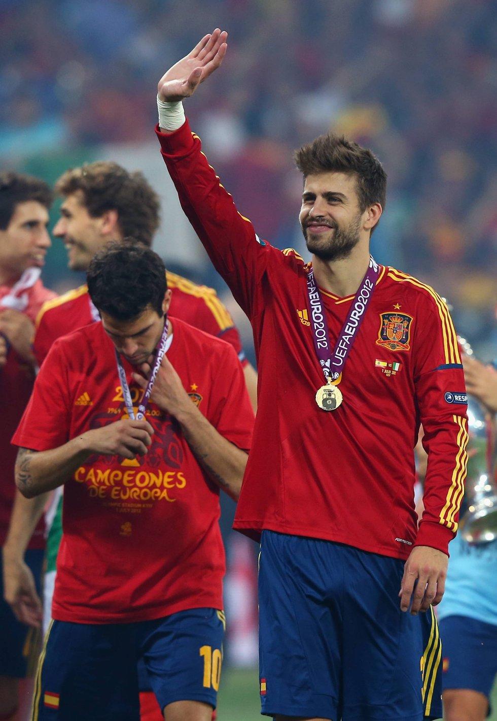 Gerard Pique viser stolt fram medaljen.  (Foto: Alex Livesey, Getty/All Over/ANB)