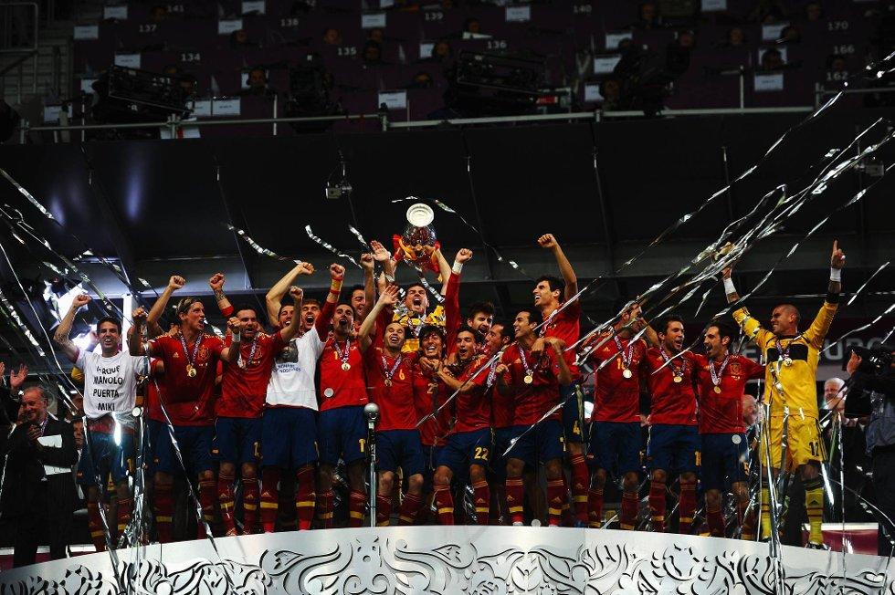 Her hever Iker Casillas pokalen for første gang - til stormende jubel fra tribunen! (Foto: Laurence Griffiths, Getty/All Over/ANB)