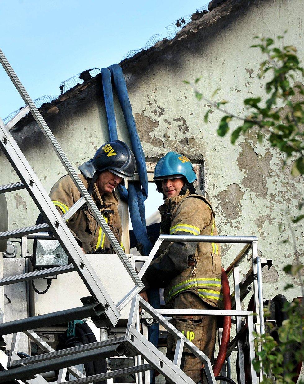 Brann i St. Mariegate 77. Sarpsborg Brannvesen fester stroppen som river veggen. Foto: Jarl M. Andersen (Foto: )