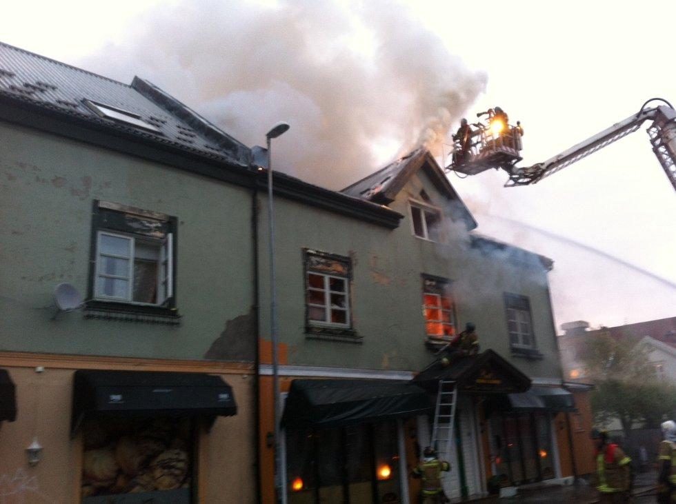 INGEN SPREDNING: En brannmur gjorde at brannen i St. Mariegate 77 ikke spredde seg. Dette bildet er fra brannen. (Foto: PETTER KALNES)